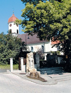 Kirche mit Ulrichsbrunnen